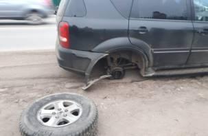На вяземских дорогах у машины автоледи на ходу вырвало колесо