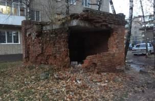 В Смоленске развалившееся здание превратили в туалет