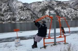 Смоленская 86-летняя бабушка качает пресс на берегу сибирской реки