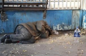 Смоляне пытаются спасти бездомного мужчину от смерти