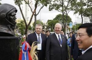 Во Вьетнаме появился бюст смоленского космонавта Юрия Гагарина