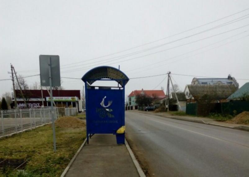 «Забота о народе»: в Смоленске остановочный павильон установили на тротуаре