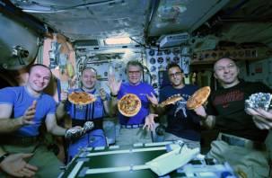 Смоленский космонавт отведал на борту «космическую пиццу»