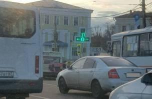 Стало известно, почему светофор на площади Победы в Смоленске работает по-новому