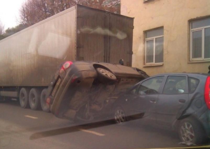В Смоленске перевернутую машину зажало между двумя авто