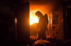 Смоленские пожарные спасли мужчину из горящей квартиры
