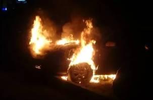 В Смоленском районе четверо пожарных тушили пылающую иномарку