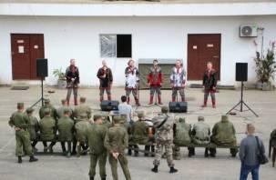 Смоленский поэт-песенник выступил для военных в Сирии