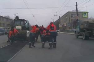 На видео попала массовая драка дорожных рабочих в Смоленске