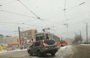 В Смоленске из-за лихача на иномарке встали трамваи