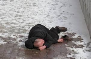 Валяющийся на улице в Смоленске мужчина оказался разыскиваемым «уголовником»