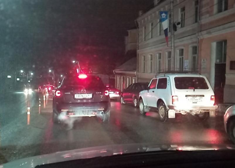 Девочка залезла под КамАЗ: в Смоленске образовались сплошные пробки