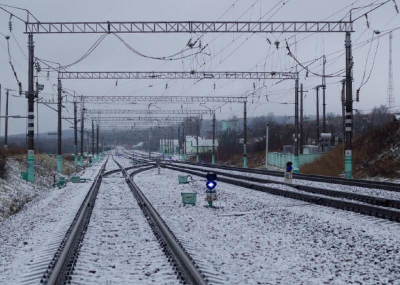 Смоляне замерзают у закрытого железнодорожного вокзала