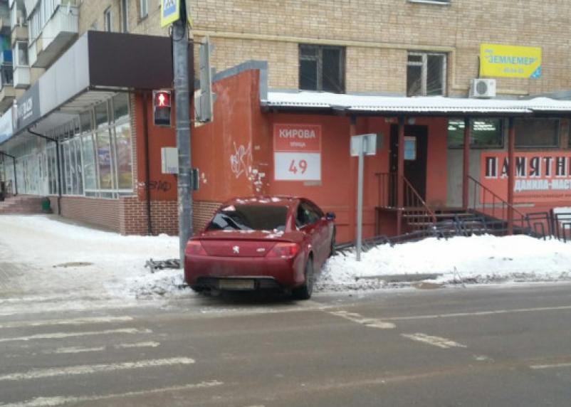 В Смоленске женщина за рулем иномарки снесла забор