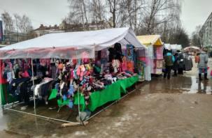 Центр Смоленска заполонили торговые палатки в лужах