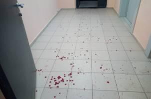 Праздник к нам приходит: в Смоленске подъезд многоэтажки залили кровью