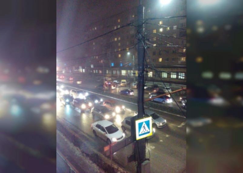 Авария в центре Смоленска заблокировала движение сразу на трех полосах