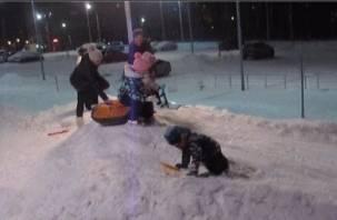 В Смоленске залили ледяную горку для детей