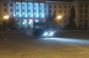 В Смоленске оштрафовали парня, устроившего дрифт на площади Ленина