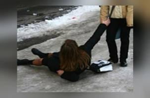 Смоляне проходили мимо лежавшей на земле женщины без сознания