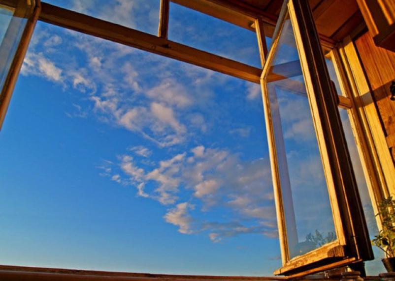 Соцсети: из окна смоленской многоэтажки выпала девушка