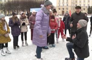 В Смоленске будущий офицер сделал девушке предложение на ледяном катке