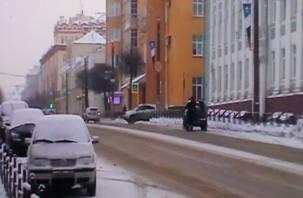 «Наши дети в опасности»: на переходе в Смоленске машины наезжают прямо «на пятки»