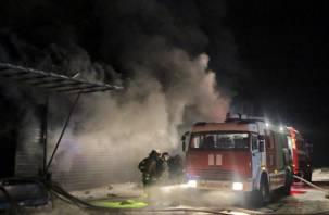 Появились фото крупного пожара на складах в Смоленске