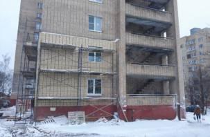 На улице Маршала Ерёменко в Смоленске ремонтируют «облысевшую» многоэтажку