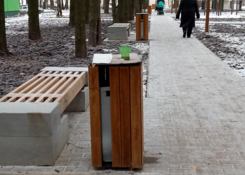 Смоляне начали уничтожать недавно отремонтированный парк