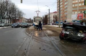 Авария в Смоленске парализовала движение на нескольких улицах