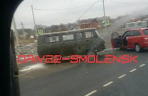 В Смоленске УАЗ «впечатался» в легковушку