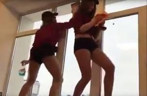 Смоленские танцовщицы потрясли ягодицами в поддержку ульяновских курсантов