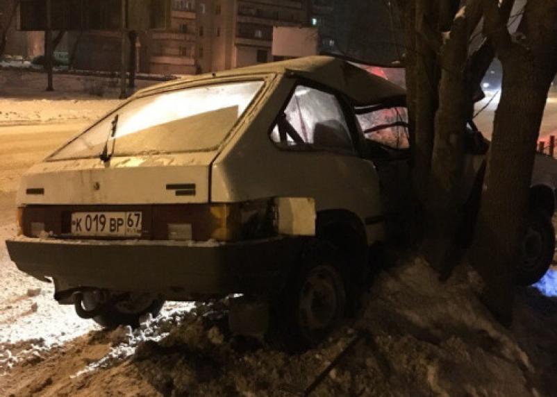«Пьяный в дрова». В Смоленске нетрезвый водитель протаранил дерево