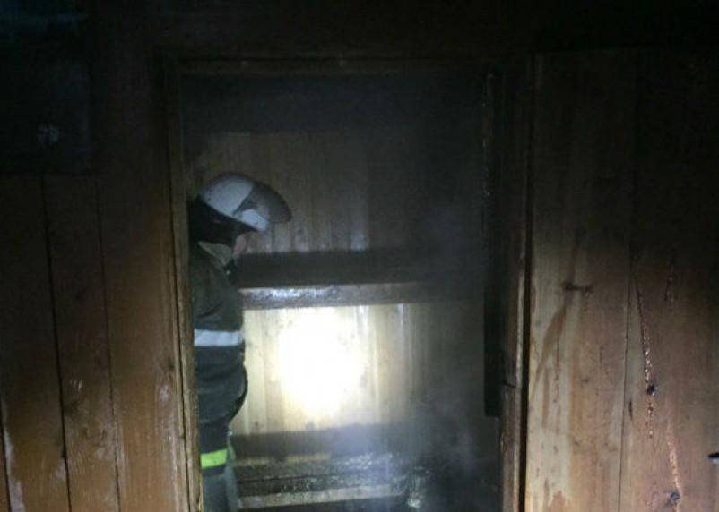 Смоленские пожарные спасли горящую баню