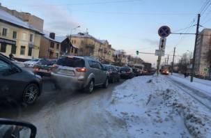 Из-за неработающего светофора в Смоленске затор образовался на четырех улицах
