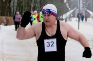 Майка, шорты и шапочка: пенсионер удивил смолян на «Лыжне России»