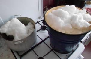Смоляне добывают воду из снега, чтобы выжить
