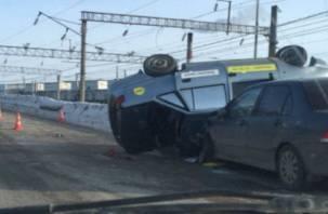 В Смоленске машина такси столкнулась с иномаркой и перевернулась