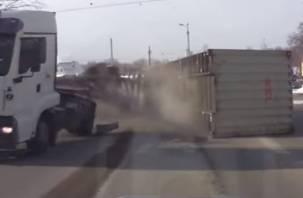 В Смоленске отлетевший от фуры прицеп чуть не раздавил автомобили