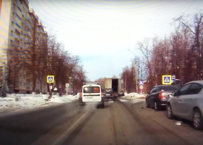 Фура снесла зеркала у трех авто в Смоленске: в Сети появилось видео