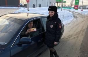 Женщины в форме поздравили смоленских водителей с Днем защитника Отечества