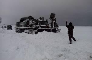Смоленские военные помогают откапывать заснеженную Москву