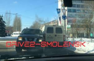 В Смоленске иномарка протаранила машину инкассаторов