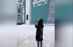 «Будьте все здоровы»: Ольга Бузова помолилась в Успенском соборе в Смоленске
