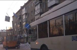 В Смоленске троллейбус «повалил» на землю дорожные знаки