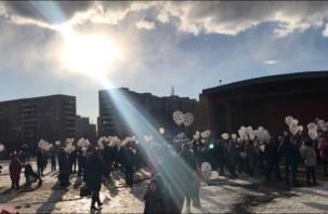 «Кемерово, мы с тобой»: в Смоленске, Ярцеве, Десногорске выпустили в небо белые шары