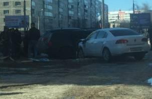 В Смоленске иномарка выскочила на парковку