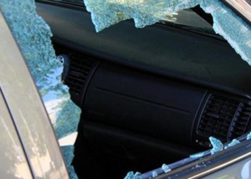 Камнем бил по стеклам: пьяный вязьмич разгромил чужую машину