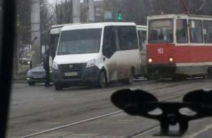В Смоленске маршрутка притерла автобус, а трамвай встал